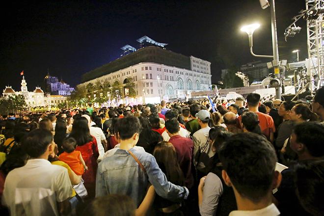 """Đường hoa Nguyễn Huệ vừa khai mạc, cả """"rừng người"""" háo hức chen chân check-in - 3"""