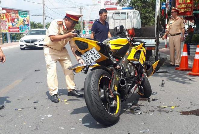 """Xe mô tô phân khối lớn tông trực diện taxi, nam thanh niên """"bay"""" hơn 10m - 1"""