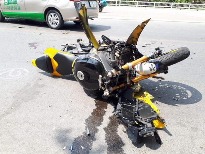 """Xe mô tô phân khối lớn tông trực diện taxi, nam thanh niên """"bay"""" hơn 10m - 3"""