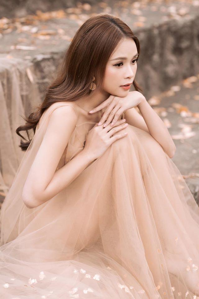 Diện váy hồng nude giữa trời lạnh cóng, Sam đẹp như tiên nữ giữa công viên - 2