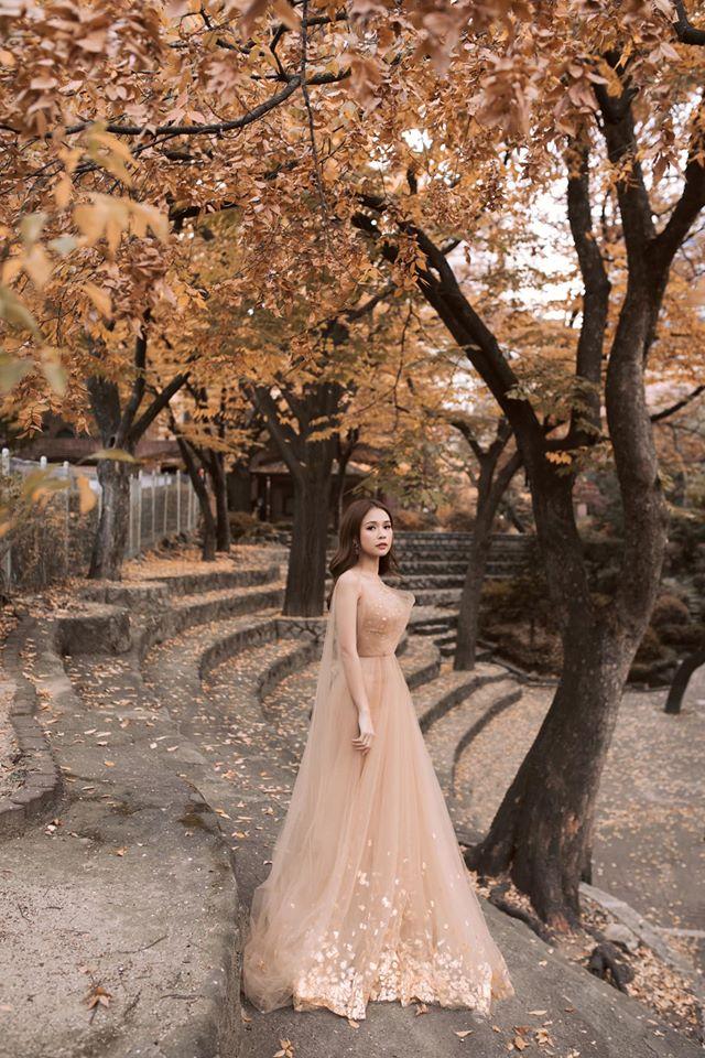 Diện váy hồng nude giữa trời lạnh cóng, Sam đẹp như tiên nữ giữa công viên - 3