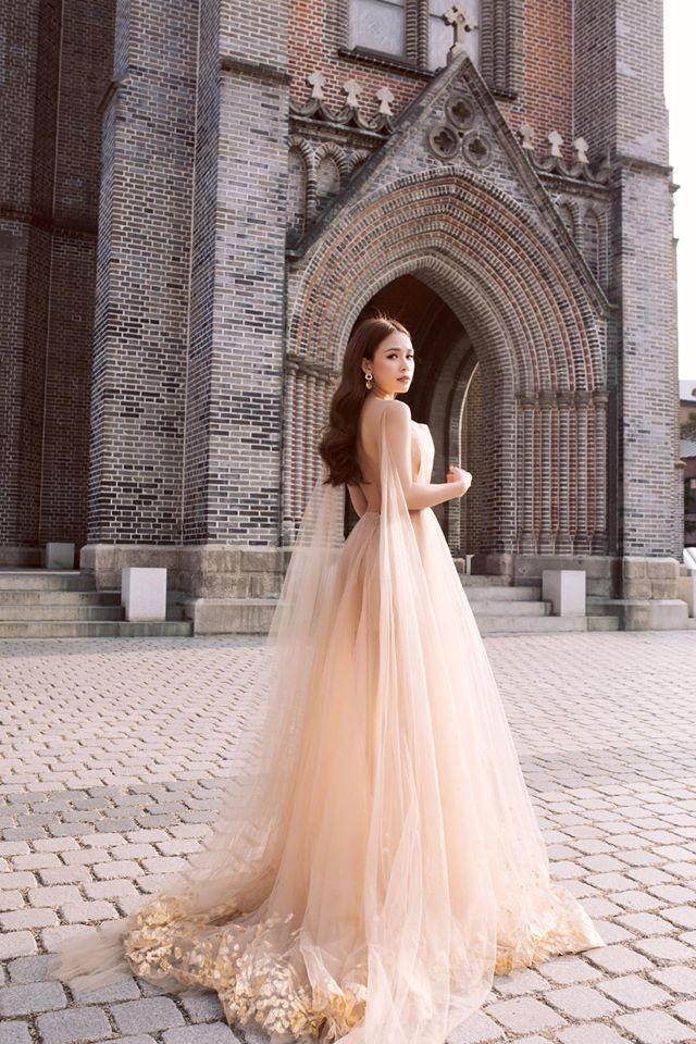 Diện váy hồng nude giữa trời lạnh cóng, Sam đẹp như tiên nữ giữa công viên - 5