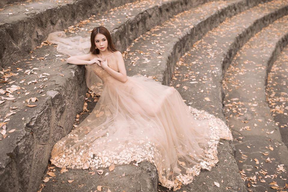 Diện váy hồng nude giữa trời lạnh cóng, Sam đẹp như tiên nữ giữa công viên