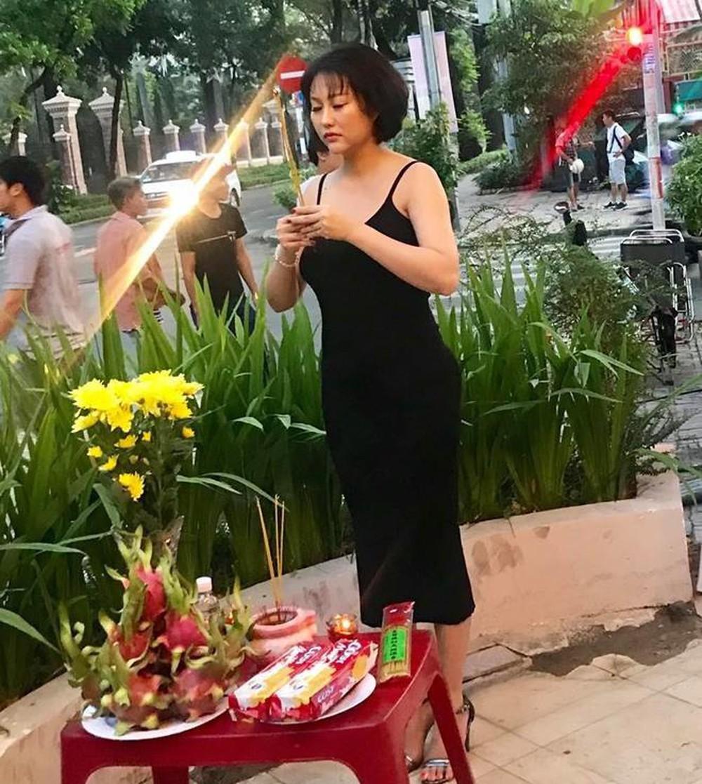 """Thăm nhà thờ Tổ trăm tỷ của Hoài Linh, """"kiều nữ làng hài"""" gây tranh cãi dữ dội vì điều này - 9"""