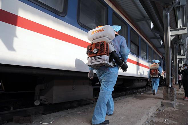 Cảnh khử trùng nguyên một đoàn tàu hỏa trước khi chở khách ở TP.HCM