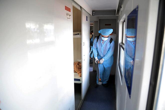 Cảnh khử trùng nguyên một đoàn tàu hỏa trước khi chở khách ở TP.HCM - 7