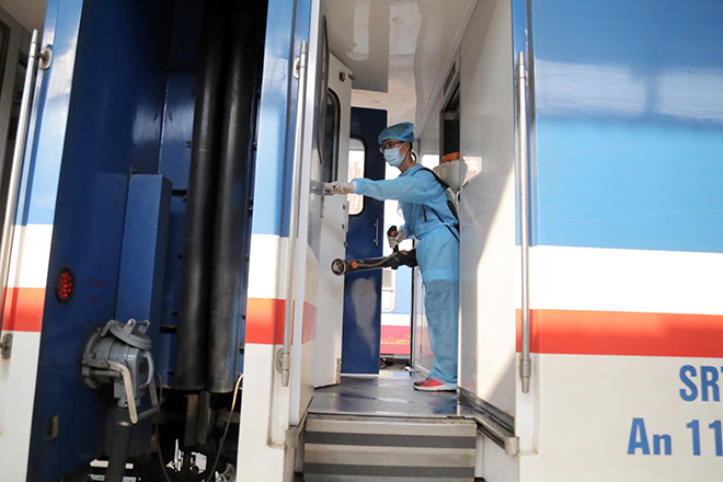 Cảnh khử trùng nguyên một đoàn tàu hỏa trước khi chở khách ở TP.HCM - 5