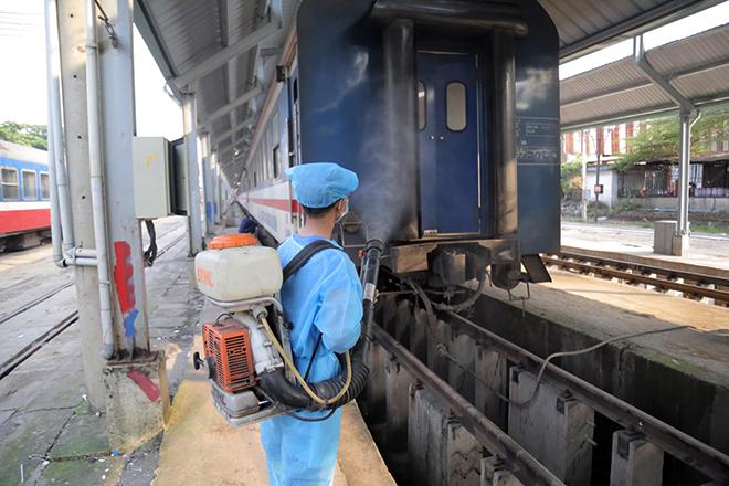 Cảnh khử trùng nguyên một đoàn tàu hỏa trước khi chở khách ở TP.HCM - 8