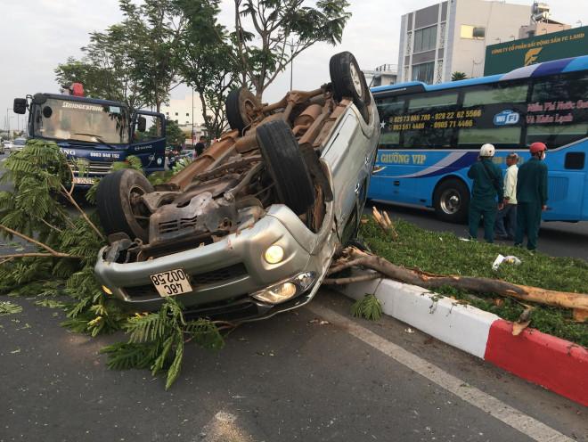 Chạy nhanh, xe bán tải gặp nạn trên đại lộ Phạm Văn Đồng, 5 người cấp cứu