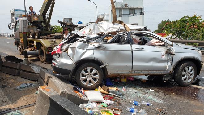 Nóng 24h qua: Ô tô 7 chỗ lật trên cầu ở Sài Gòn, nhiều người gào khóc cầu cứu