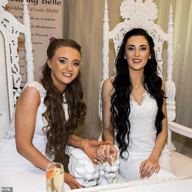 Hai cô gái đầu tiên kết hôn đồng giới ở Bắc Ireland - 4