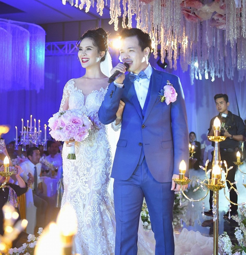 Quà tình yêu của hoa, á hậu Việt: Nhẫn kim cương, túi hiệu, hoa hồng - 1