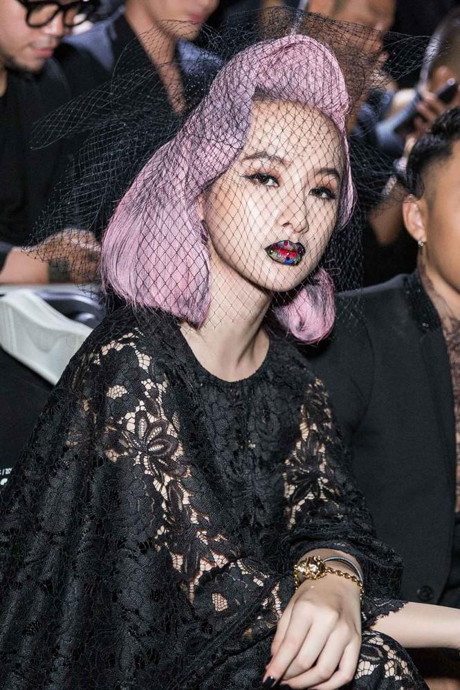 Kiểu trang điểm bị chê già nua để cố nổi bật của Angela Phương Trinh - 5