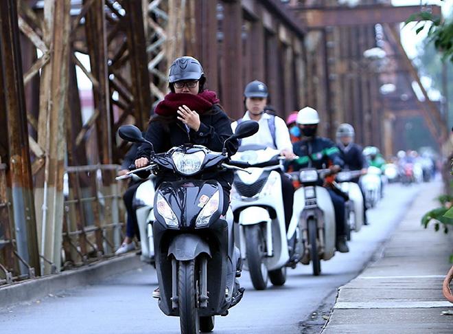 """""""Bỏ túi"""" những kinh nghiệm khi đi xe máy ngày mưa phùn, giá rét - 1"""