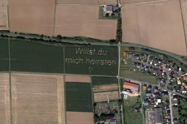 Google Maps chụp lại màn cầu hôn lãng mạn của người nông dân Đức - 1