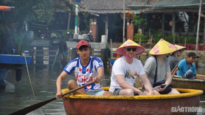 Mặc nỗi lo dịch Covid 19, du khách ùn ùn đến rừng dừa Bảy Mẫu - 5