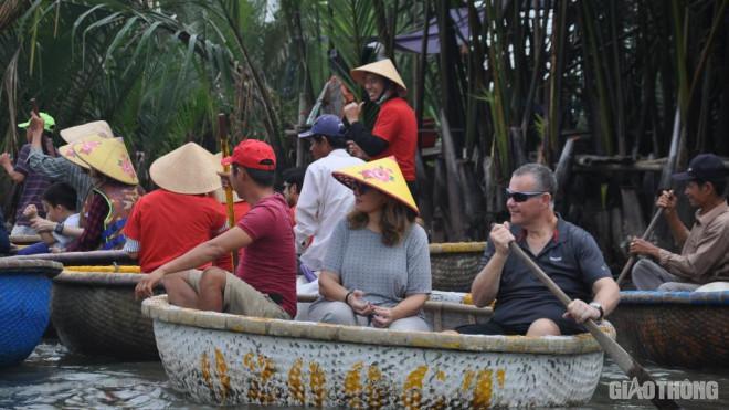 Mặc nỗi lo dịch Covid 19, du khách ùn ùn đến rừng dừa Bảy Mẫu - 3