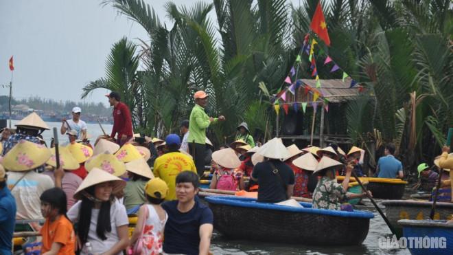 Mặc nỗi lo dịch Covid 19, du khách ùn ùn đến rừng dừa Bảy Mẫu - 8