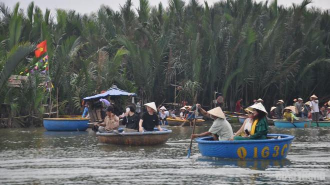 Mặc nỗi lo dịch Covid 19, du khách ùn ùn đến rừng dừa Bảy Mẫu - 7