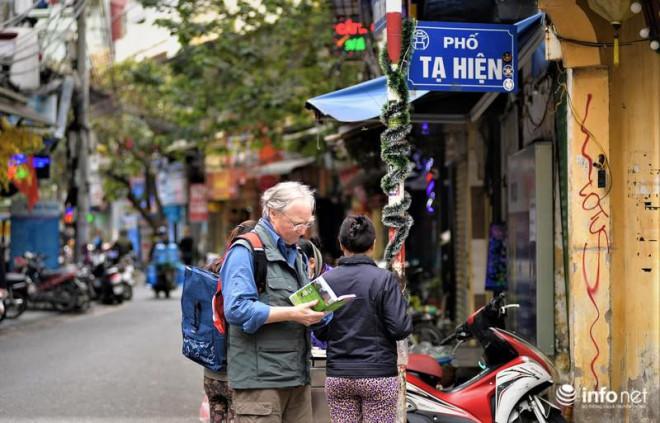 """Hà Nội: Du khách phương Tây """"hờ hững"""" khẩu trang, dạo phố tận hưởng sắc Xuân - 1"""
