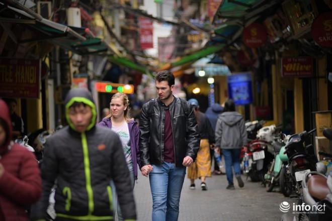 """Hà Nội: Du khách phương Tây """"hờ hững"""" khẩu trang, dạo phố tận hưởng sắc Xuân - 4"""