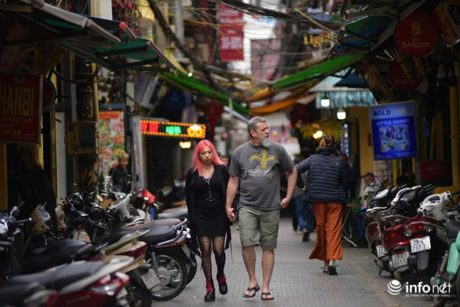 """Hà Nội: Du khách phương Tây """"hờ hững"""" khẩu trang, dạo phố tận hưởng sắc Xuân - 7"""