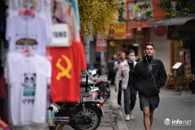 """Hà Nội: Du khách phương Tây """"hờ hững"""" khẩu trang, dạo phố tận hưởng sắc Xuân - 6"""