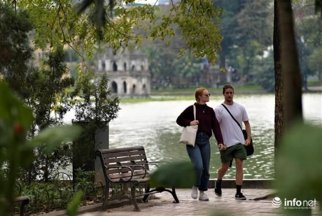 """Hà Nội: Du khách phương Tây """"hờ hững"""" khẩu trang, dạo phố tận hưởng sắc Xuân - 15"""