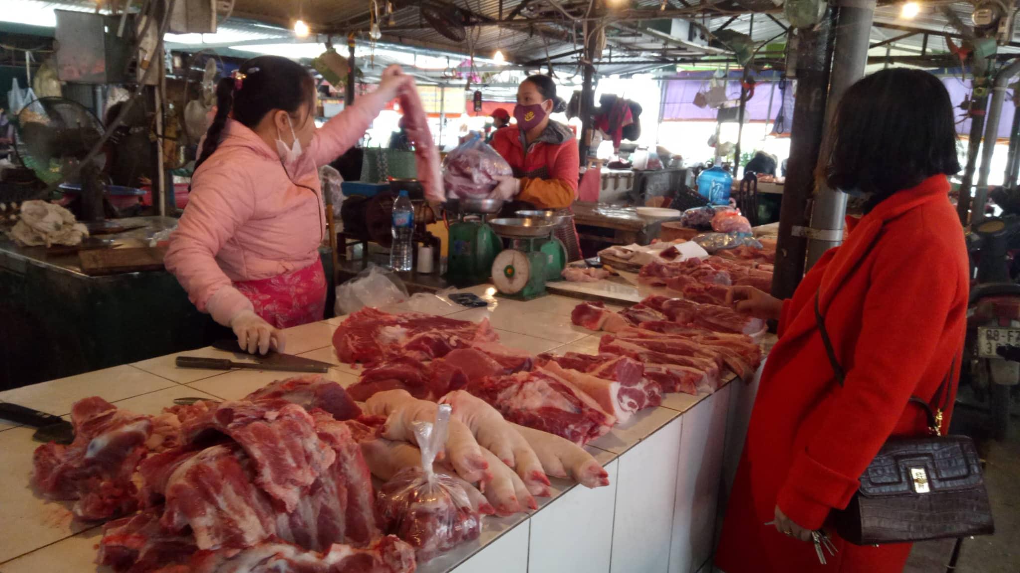 Thịt lợn: Bất chấp lệnh hạ giá, chợ và siêu thị vẫn cao ngất ngưởng - 1