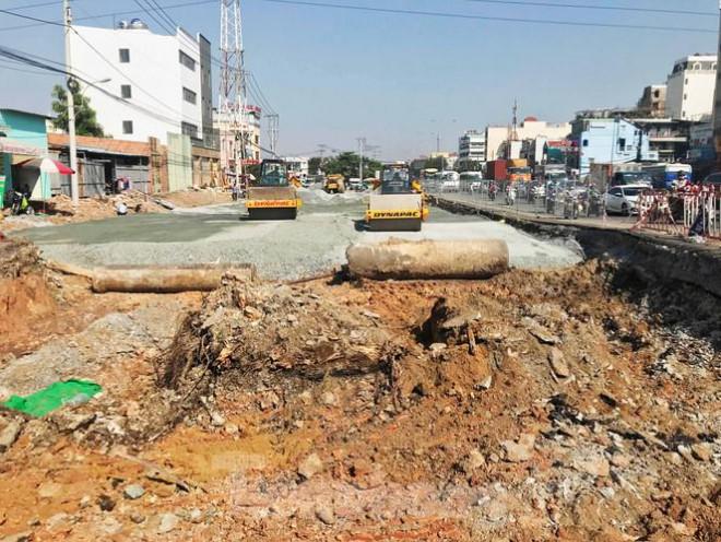Cận cảnh nút giao thông 3 tầng giải tỏa kẹt xe cửa ngõ Sài Gòn sắp hoàn thành - 2
