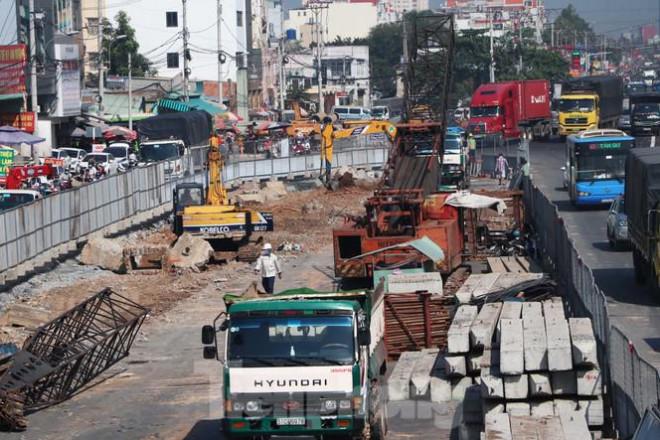 Cận cảnh nút giao thông 3 tầng giải tỏa kẹt xe cửa ngõ Sài Gòn sắp hoàn thành - 3