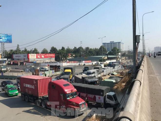 Cận cảnh nút giao thông 3 tầng giải tỏa kẹt xe cửa ngõ Sài Gòn sắp hoàn thành - 11