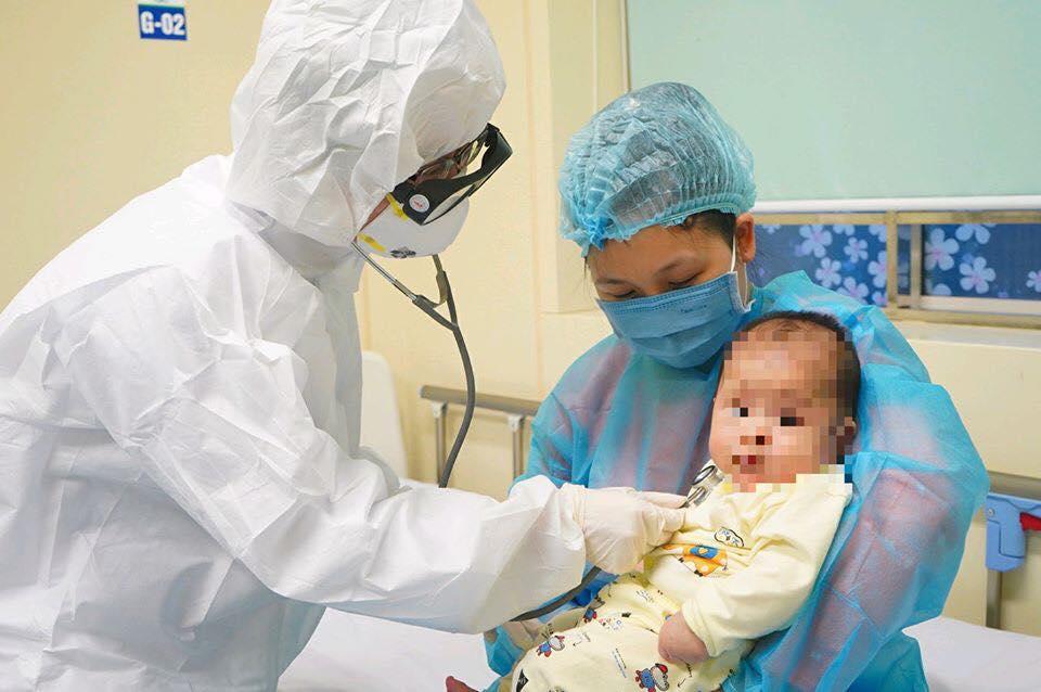 Bé 3 tháng tuổi nhiễm Covid-19 đã khỏi bệnh - 1