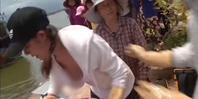 Mỹ nhân Việt hở toang cúc áo: Người bị soi điểm nhạy cảm, người được khen tới tấp - 6