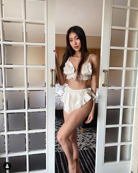 Tiểu thư con nhà giàu Việt đam mê mặc nội y khoe ảnh giường chiếu - 1