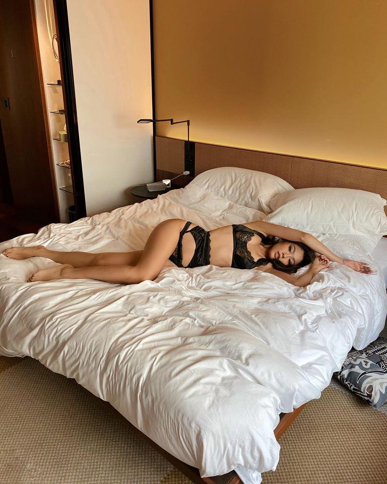 Tiểu thư con nhà giàu Việt đam mê mặc nội y khoe ảnh giường chiếu - 10