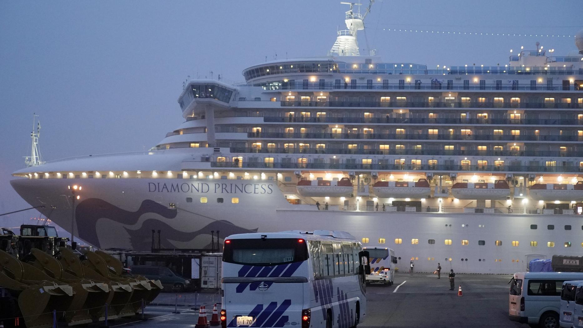Nhật Bản để lọt một người nhiễm virus Corona xuống khỏi du thuyền Diamond Princess - 1