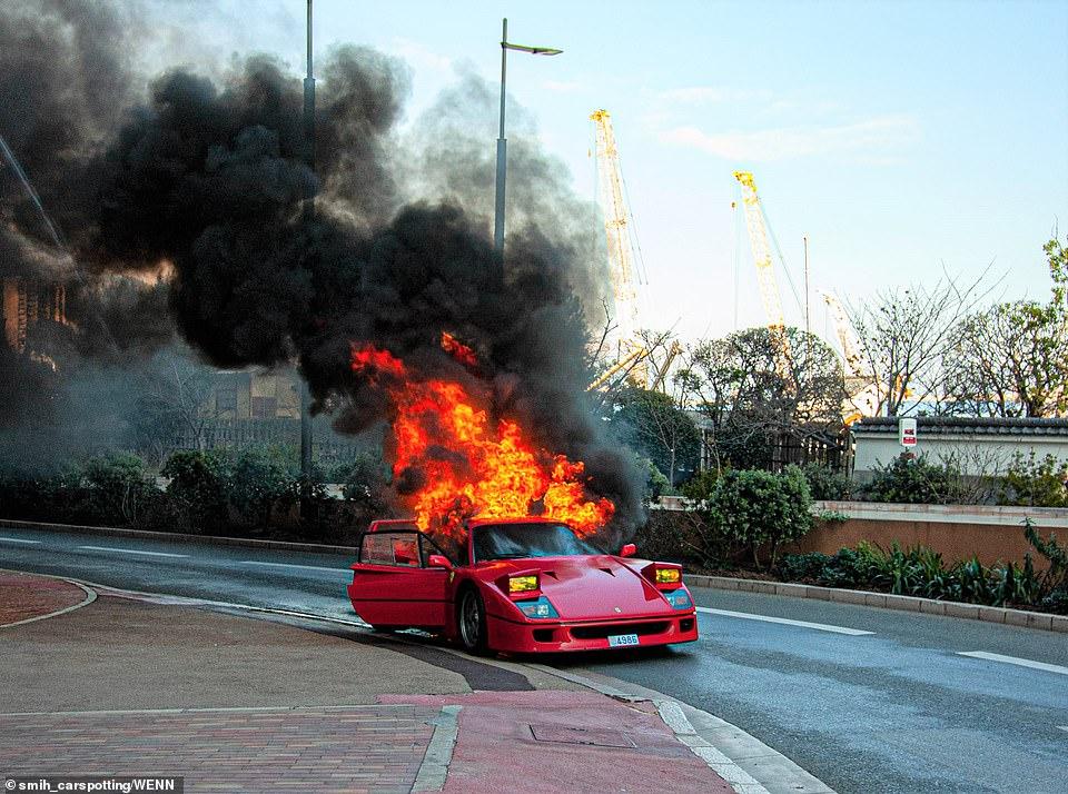Siêu xe 30 tỷ bốc cháy thành đống sắt vụn, chủ nhân bất lực đứng nhìn - 1