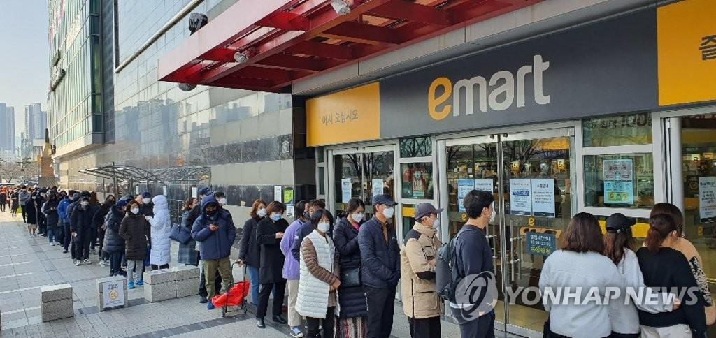 Chùm ảnh: Người Hàn xếp hàng dài hơn 1km mua khẩu trang phòng dịch Covid-19 - 9