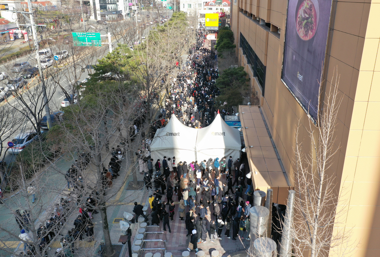 Chùm ảnh: Người Hàn xếp hàng dài hơn 1km mua khẩu trang phòng dịch Covid-19 - 2