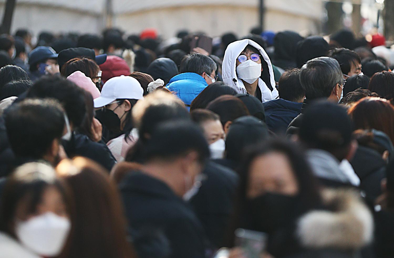 Chùm ảnh: Người Hàn xếp hàng dài hơn 1km mua khẩu trang phòng dịch Covid-19 - 3