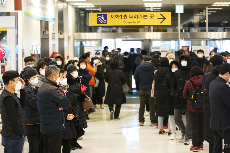 Chùm ảnh: Người Hàn xếp hàng dài hơn 1km mua khẩu trang phòng dịch Covid-19 - 5