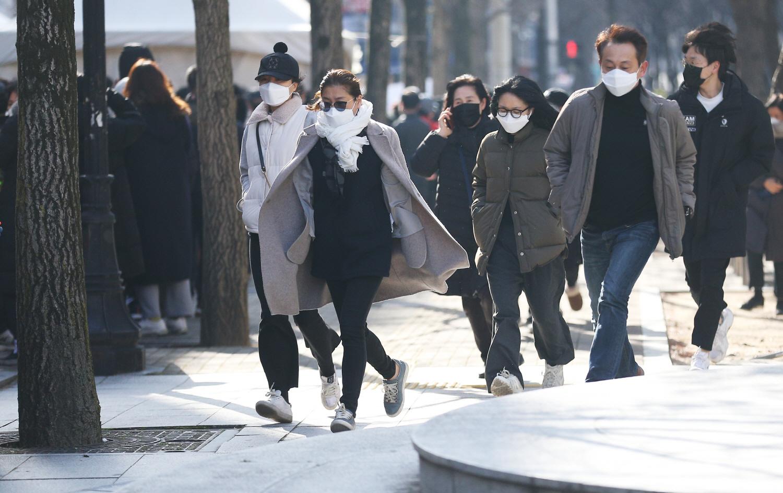 Chùm ảnh: Người Hàn xếp hàng dài hơn 1km mua khẩu trang phòng dịch Covid-19 - 4