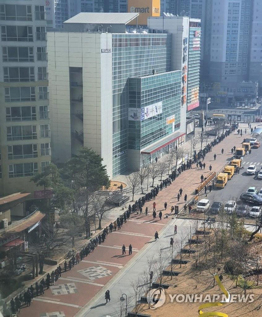 Chùm ảnh: Người Hàn xếp hàng dài hơn 1km mua khẩu trang phòng dịch Covid-19 - 7