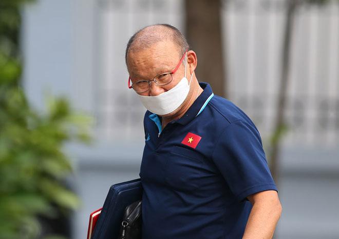 HLV Park Hang Seo đeo khẩu trang, yêu cầu phóng viên cách xa 3m - 1