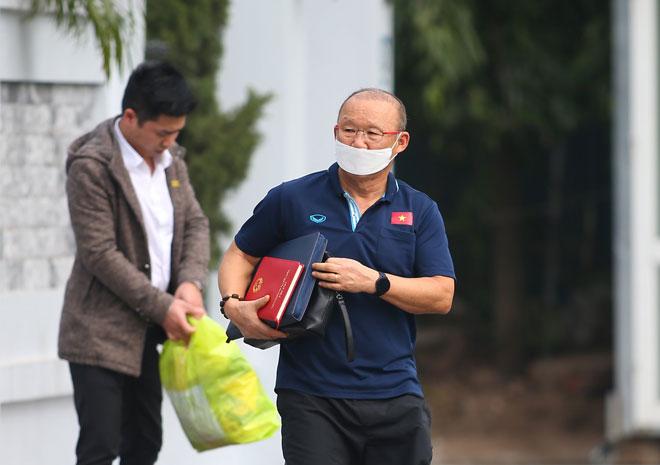 HLV Park Hang Seo đeo khẩu trang, yêu cầu phóng viên cách xa 3m - 4