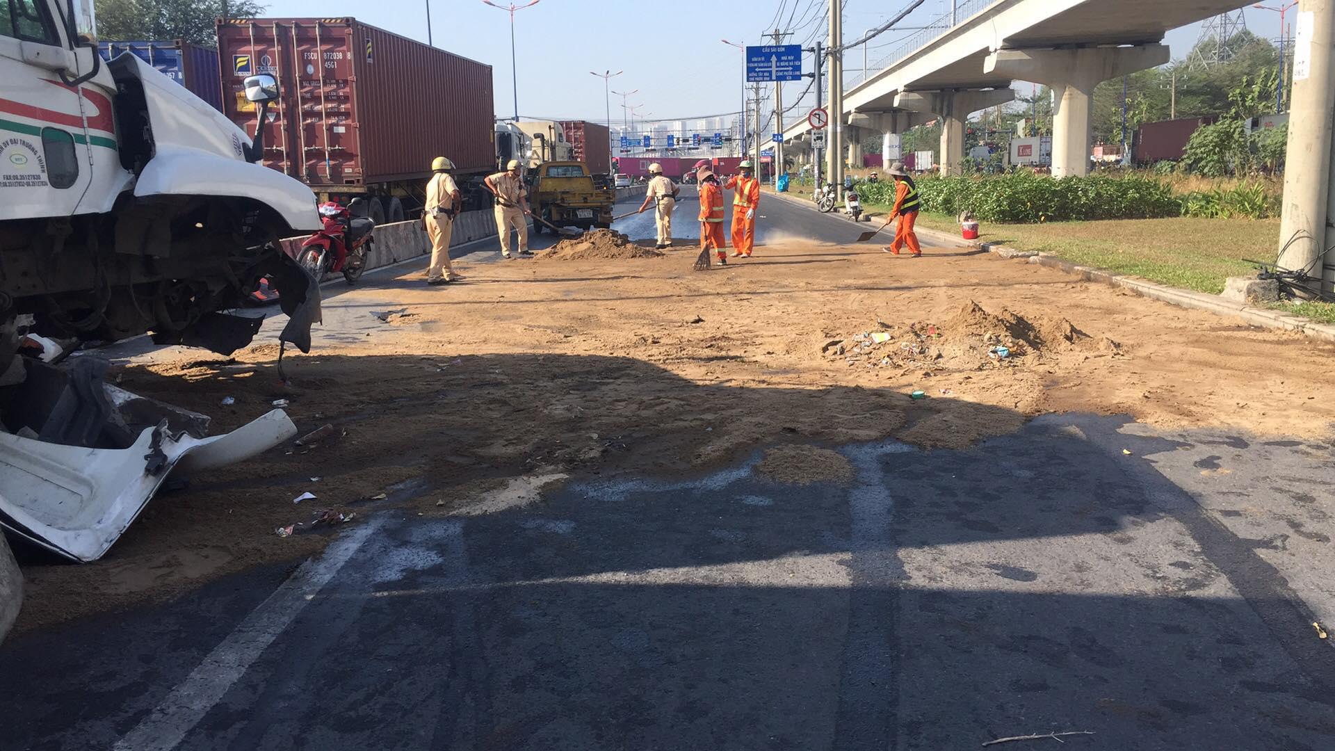 CSGT đội nắng rải cát lên dầu nhớt, dọn đường cho dân đi - 2