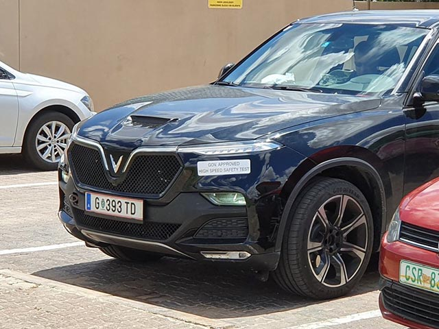 VinFast Lux SA mang lưới tản nhiệt V8, chạy trên đường phố Nam Phi