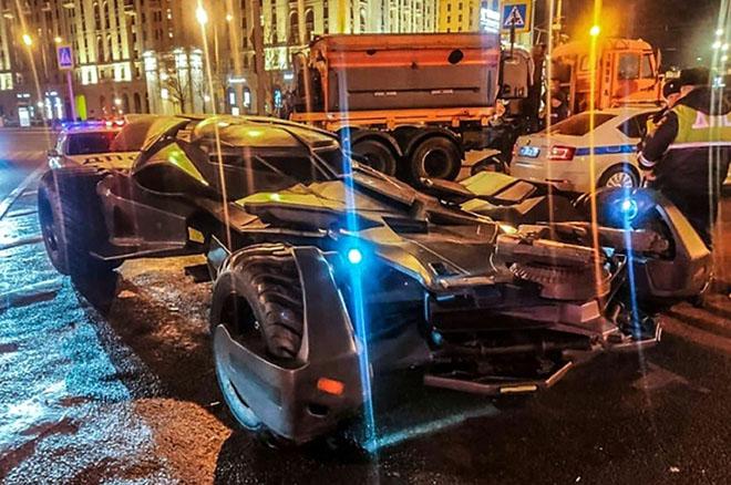 Siêu xe Người Dơi Batman bị cảnh sát Nga tạm giữ khi đang dạo phố đêm - 1