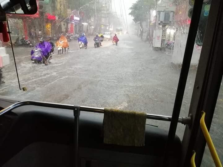Mưa dữ dội 30 phút, đường phố Hà Nội đã ngập nửa bánh xe - 1